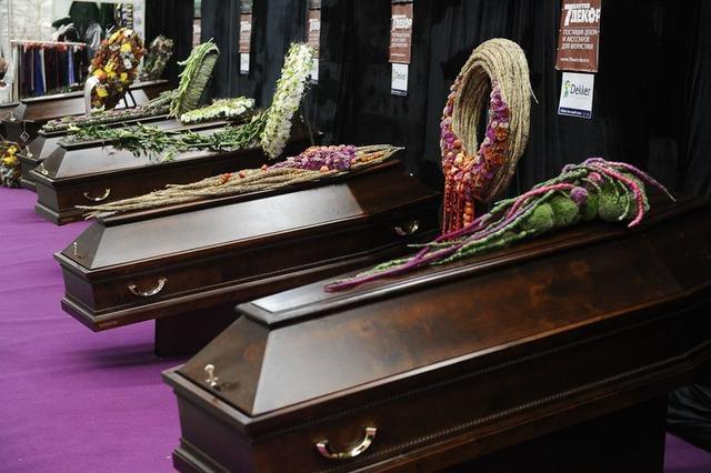 Производство лакированных гробов